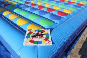 Twister opblaasbaar; geschikt voor elk evenement. Nu te huur bij Attractieverhuur De Toren.