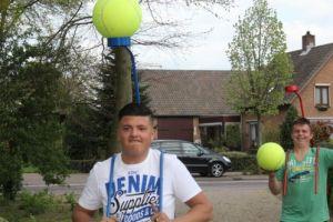 Eenvoudig spel ballopen is een groots succes op familiedag.