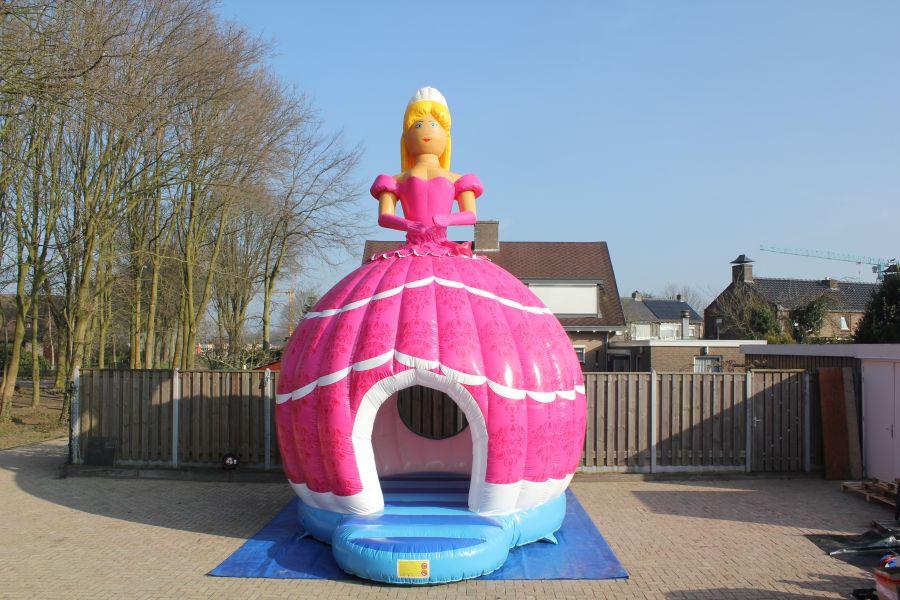 Springkussen Barbie, hier haalt u een topattractie naar u evenenement.Nu te huur bij Attractieverhuur De Toren.