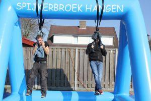 Spijkerbroek hangen doe je met 2 deelnemers.