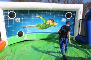 Voetbal dribbel-baan; geschikt voor elk evenement. Nu te huur bij Attractieverhuur De Toren.